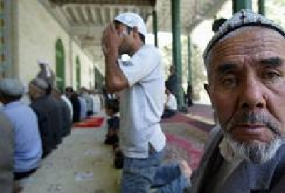Muslim Uyghurs attend afternoon prayers at the Id Kah Mosque in Kashgar, 17 September 2003, in northwest China's Xinjiang province. (Photo: RFA)